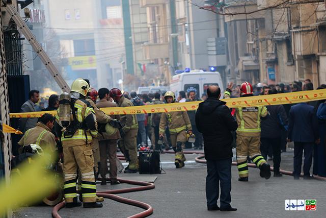 حضور مردم در محل حریق ساختمان عملیات اطفا را کُند می کند
